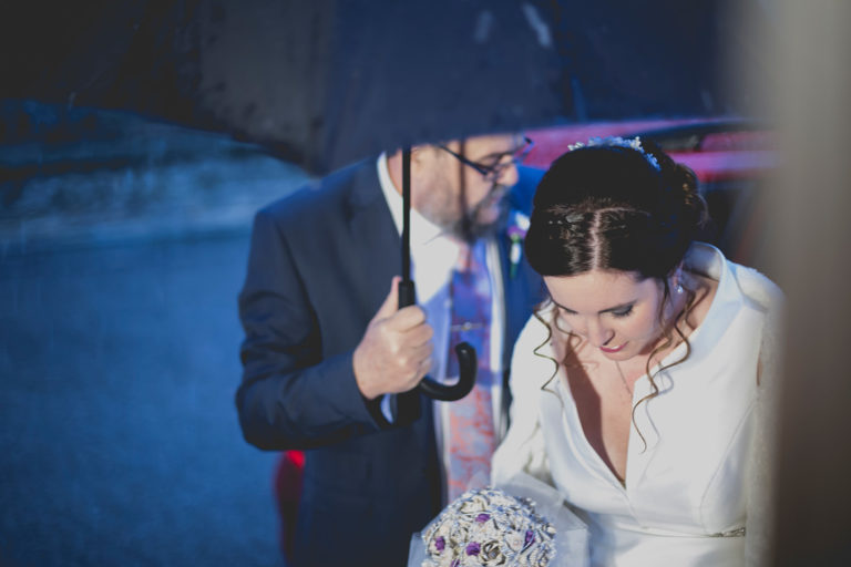 Fotografía de boda bajo la lluvia