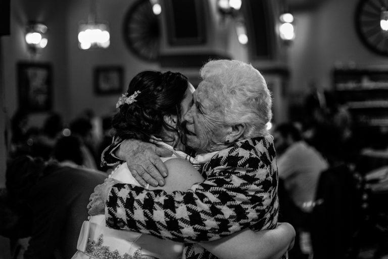 Momentos de una boda. El abrazo de la novia y su abuela